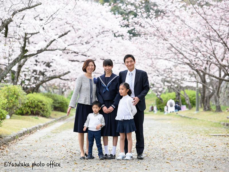 舞鶴公園での中学入学祝いの家族写真