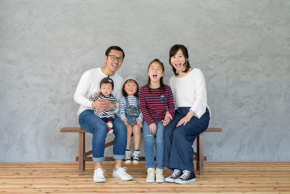 おうちフォトスタジオで撮影中の家族